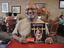 Ron Stallworth con su libro